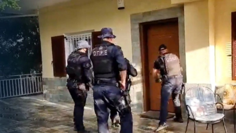 Φωτιά στη Βαρυμπόμπη: Ψάχνουν πόρτα - πόρτα τα σπίτια οι Αρχές! Απομακρύνθηκαν όλοι οι εγκλωβισμένοι