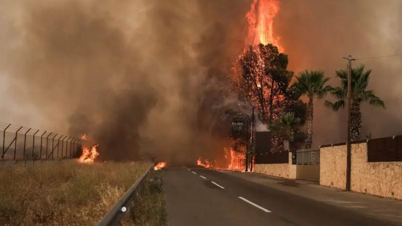 Φωτιά στη Βαρυμπόμπη: Εγκλωβισμένοι αστυνομικοί και πυροσβέστες! Προσπαθούν να τους διασώσουν με ελικόπτερα