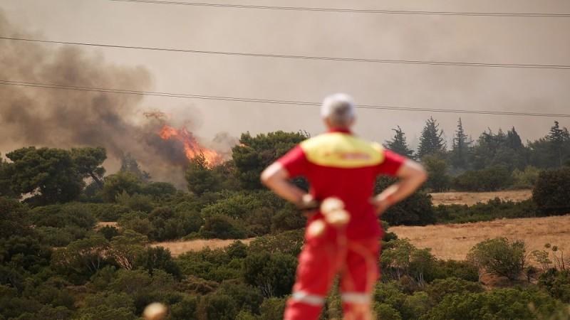 Στις φλόγες όλη η χώρα: Τεράστιες πυρκαγιές από Αττική μέχρι Μεσσηνία και Εύβοια – Μάχη με τις αναζωπυρώσεις