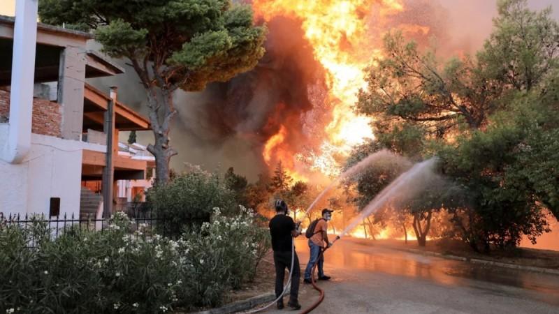 Φωτιά στη Βαρυμπόμπη: Άτοκα δάνεια για τα καμένα σπίτια – Από 600 έως 6.000 ευρώ οι αποζημιώσεις