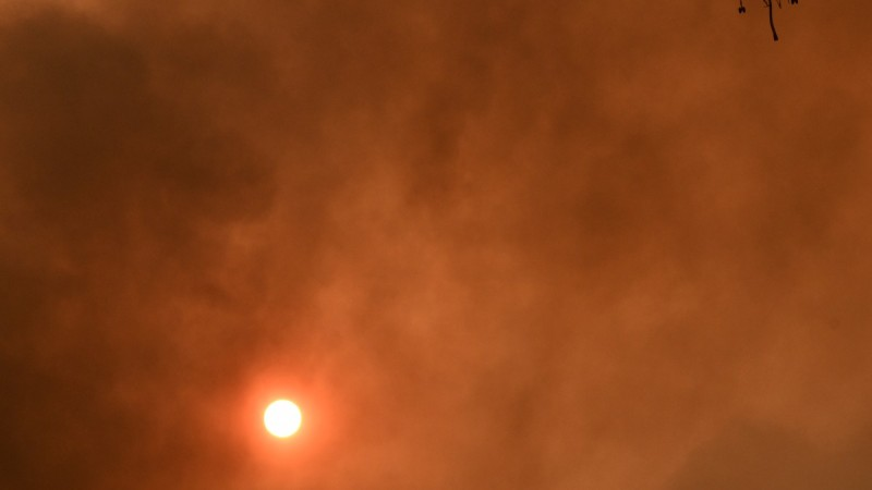 Η φωτογραφία της ημέρας: Ο αθηναϊκός ουρανός μαρτυρά την τραγωδία...