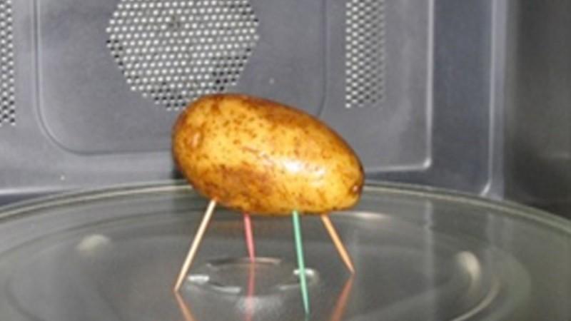 Βάζει 4 οδοντογλυφίδες σε μια πατάτα. Όταν δείτε αυτό το κόλπο, θα τρέξετε να το κάνετε και εσείς!