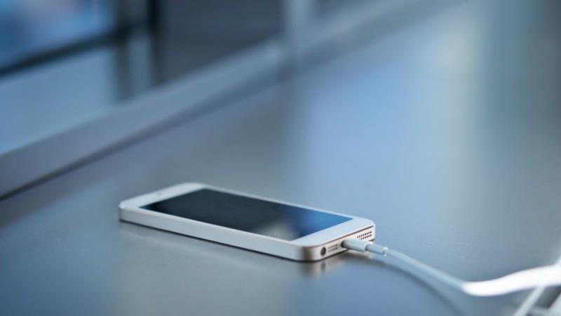 Έφηβη έπαθε ηλεκτροπληξία ενώ μιλούσε στο κινητό στη διάρκεια καταιγίδας
