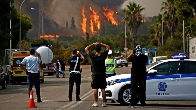 Φωτιά στη Βαρυμπόμπη: Πληροφορίες για εγκλωβισμένους - Εκκενώνονται περιοχές στους Θρακομακεδόνες, καίγονται σπίτια!