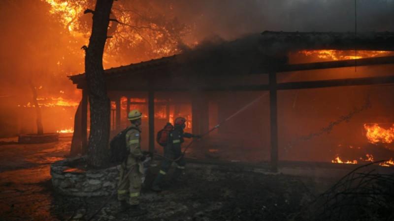 Φωτιές στην Ελλάδα: Έφτασαν οι ενισχύσεις από τη Γαλλία με τους 83 πυροσβέστες και τα δύο καναντέρ