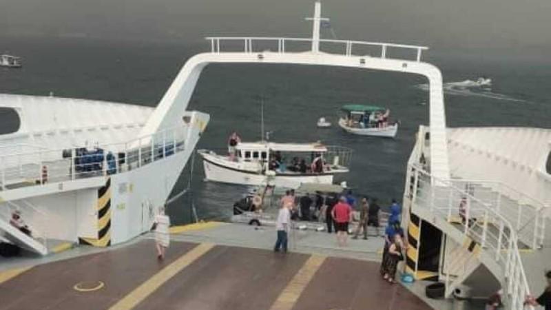 Φωτιά στην Εύβοια: Αποκλεισμένοι πολίτες μεταφέρονται με ferry boat (video)