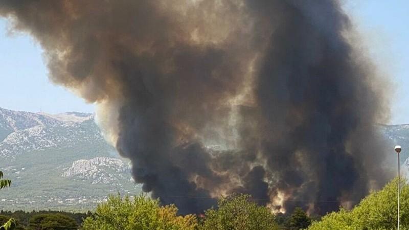 Μεγάλη φωτιά στη Βαρυμπόμπη: Επιχειρεί το ρωσικό Beriev - Έκλεισε η Εθνική Οδός (Εικόνες - Βίντεο)