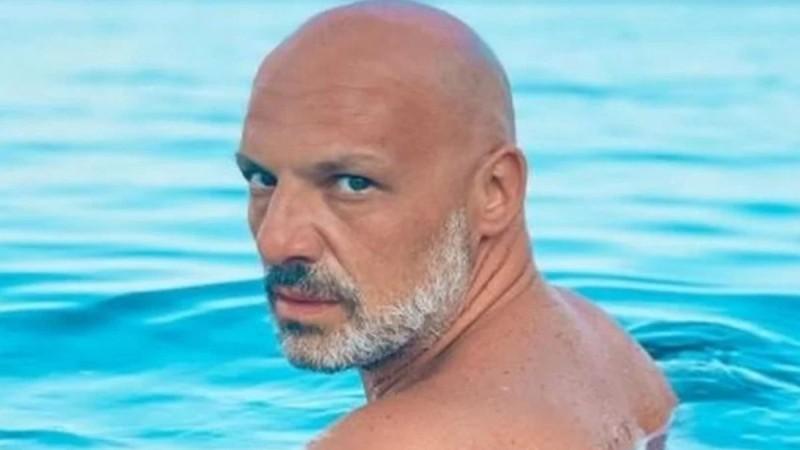 Νίκος Μουτσινάς: Δεν έχει ένα αλλά δύο αδέλφια! Στο πρόσωπο είναι ολόιδιοι και οι 3!