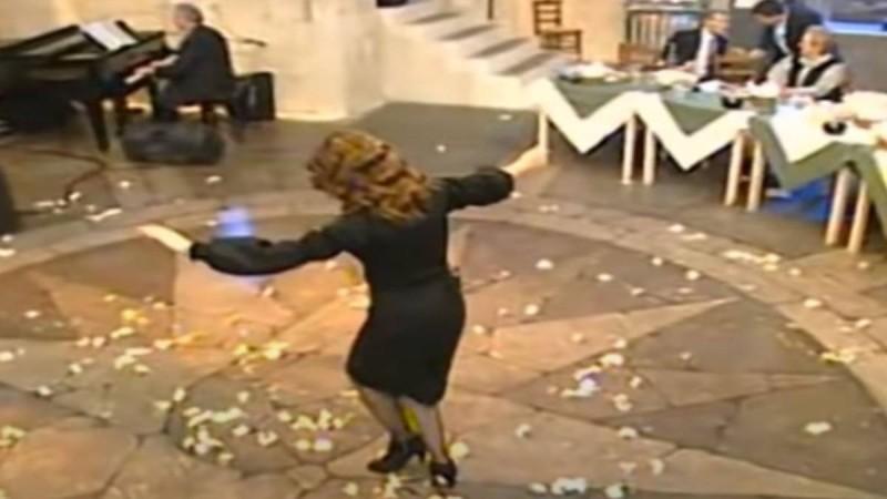 Γυναικάρα στα μαύρα χορεύει βαρύ ζεϊμπέκικο και γκρεμίζει το