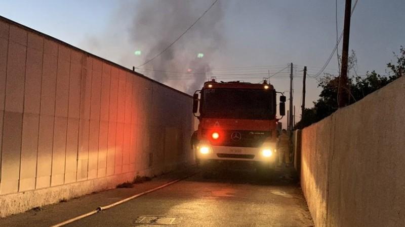 Φωτιά στα Σπάτα: Πυρκαγιά κοντά σε εμπορικό κέντρο