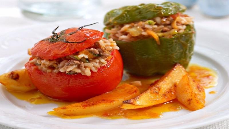 Εναλλακτικές ντομάτες γεμιστές - Με βασιλικό και λουκάνικο