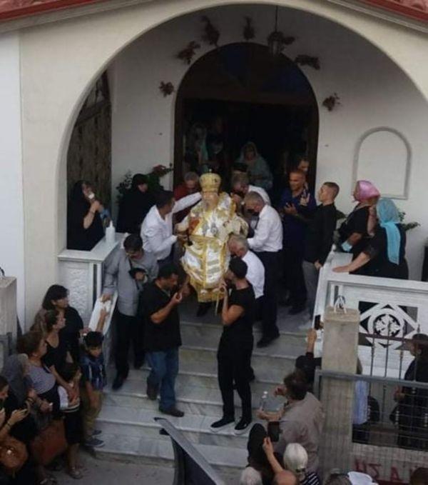 Απίστευτο σκηνικό στη Λάρισα: Κήδεψαν καθιστό τον μητροπολίτη Αθανάσιο χωρίς φέρετρο