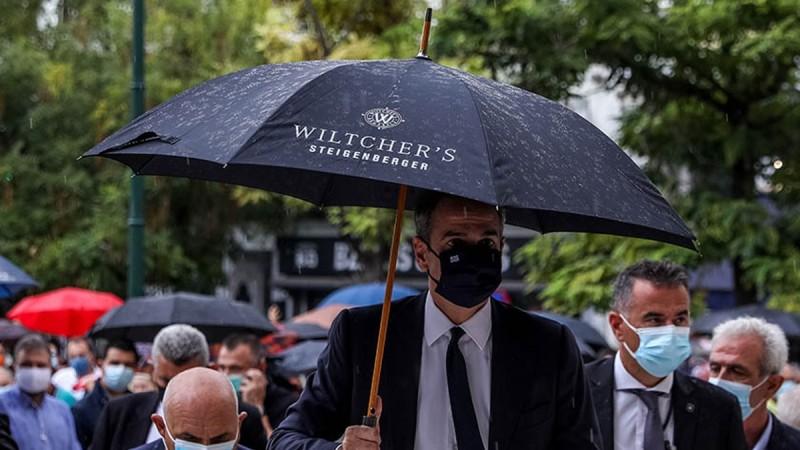 Έκαναν ρεζίλι τον Κυριάκο Μητσοτάκη - «Α και την ψάχναμε» λέει το ξενοδοχείο που πήρε την ομπρέλα ο πρωθυπουργός