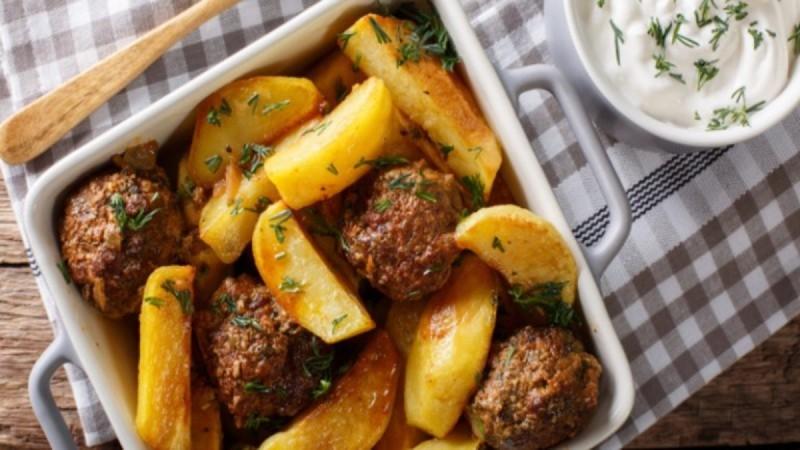Απολαυστική συνταγή: Αφράτα μπιφτέκια με λεμονάτες πατάτες φούρνου με μπύρα