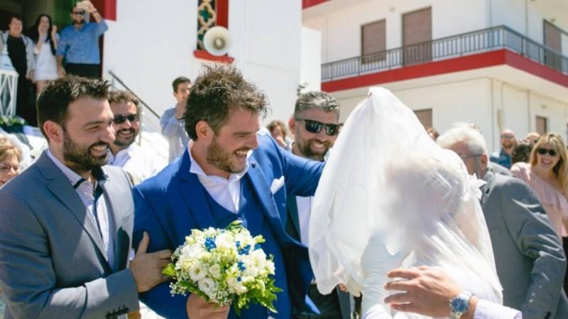 Ο γαμπρός την περίμενε με αγωνία στην εκκλησία - Όταν η νύφη βγήκε εκείνος «κοκκάλωσε» με αυτό που είδε
