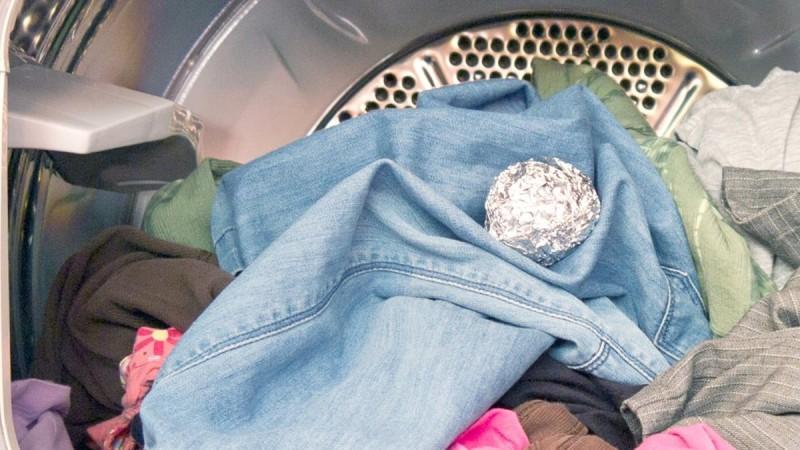 Έφτιαχνε μπάλες από αλουμινόχαρτο και τις έβαζε μέσα στο πλυντήριο - Αν το κάνετε κι εσείς θα σωθείτε