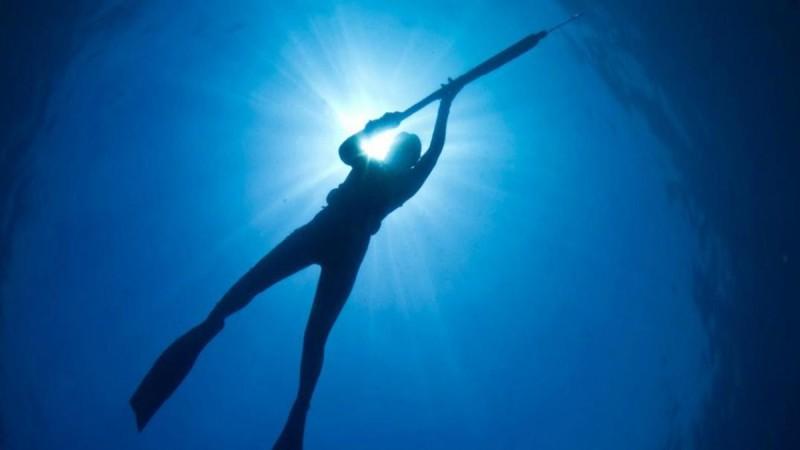 Απίστευτο: Ψαράς έπιασε στα δίχτυα του νεκρό ψαροντουφεκά και τον έριξε πίσω!