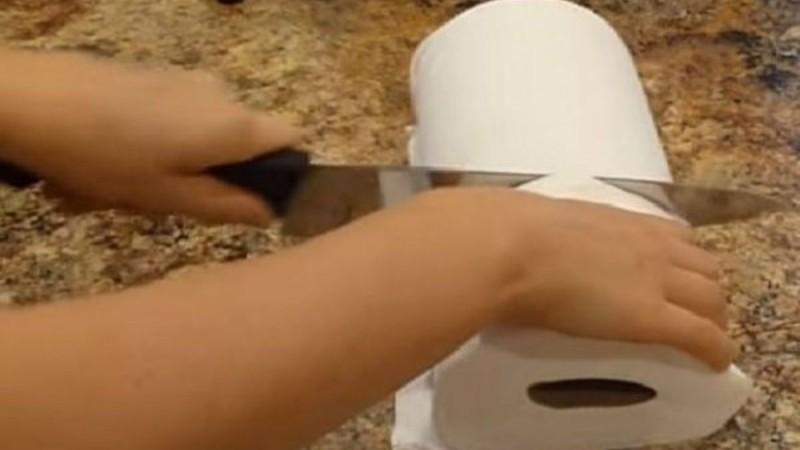 Κόβει ένα ρολό κουζίνας στην μέση. Δεν φαντάζεστε τι φτιάχνει!