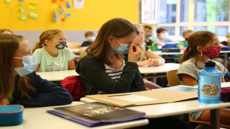 Εντάσεις και ευτράπελα στα σχολεία: Χειροπέδες σε γονείς που πήγαν παιδί χωρίς self test