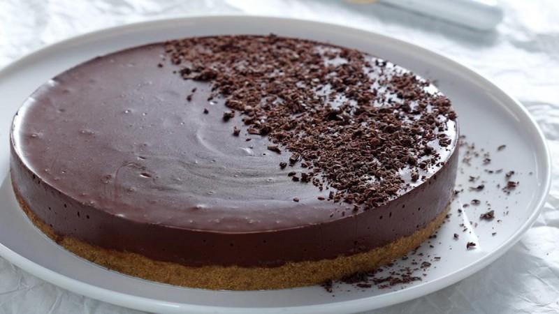 Ανάλαφρη και πανεύκολη τούρτα από σοκολάτα σε 10 λεπτά!
