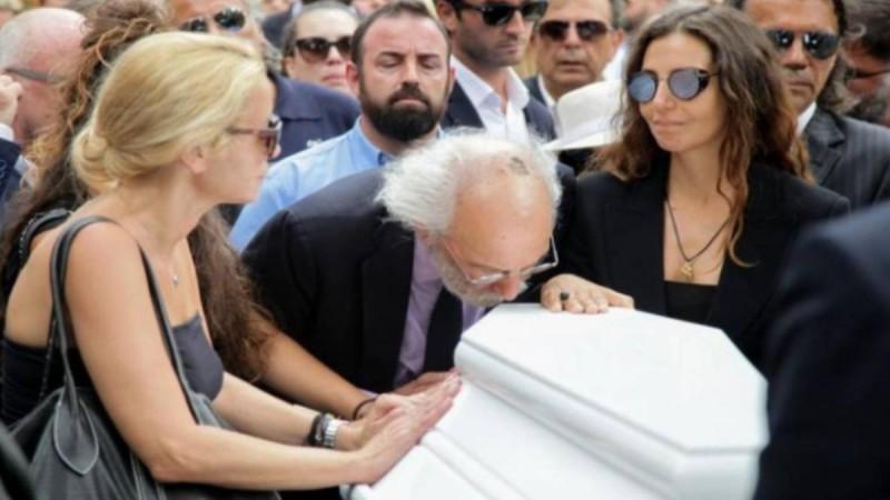 Απαρηγόρητος Λυκουρέζος στην κηδεία Ζωής Λάσκαρη: Άνοιξε το φέρετρο και…