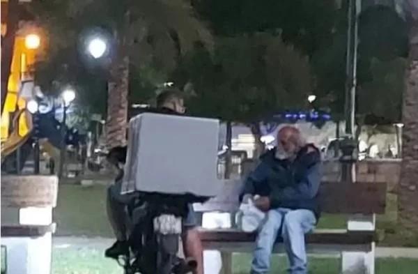 ντελιβεράς φαγητό άστεγος