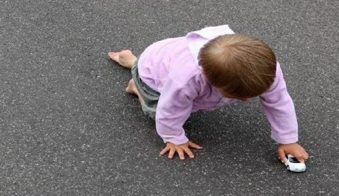Οικογενειακό δράμα πίσω από το μωράκι 10 μηνών που βρέθηκε να μπουσουλάει μόνο του σε δρόμο της Ελασσόνας
