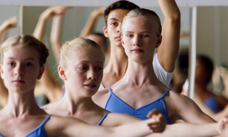 Teen κορίτσια γυμνό χορό